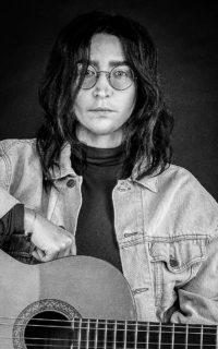 Певица ASETв образе Джона Леннона